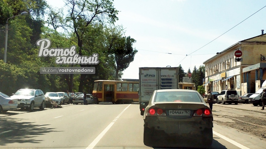 В Ростове произошло ДТП с трамваем, который сошел с рельсов и врезался в авто