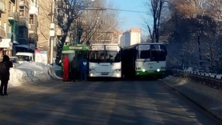 Ты не проедешь: два автобуса и троллейбус заблокировали движение на Восходе