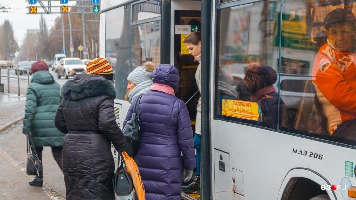 В автобусах Самары пассажиры сорвали листовки о повышении цен на проезд