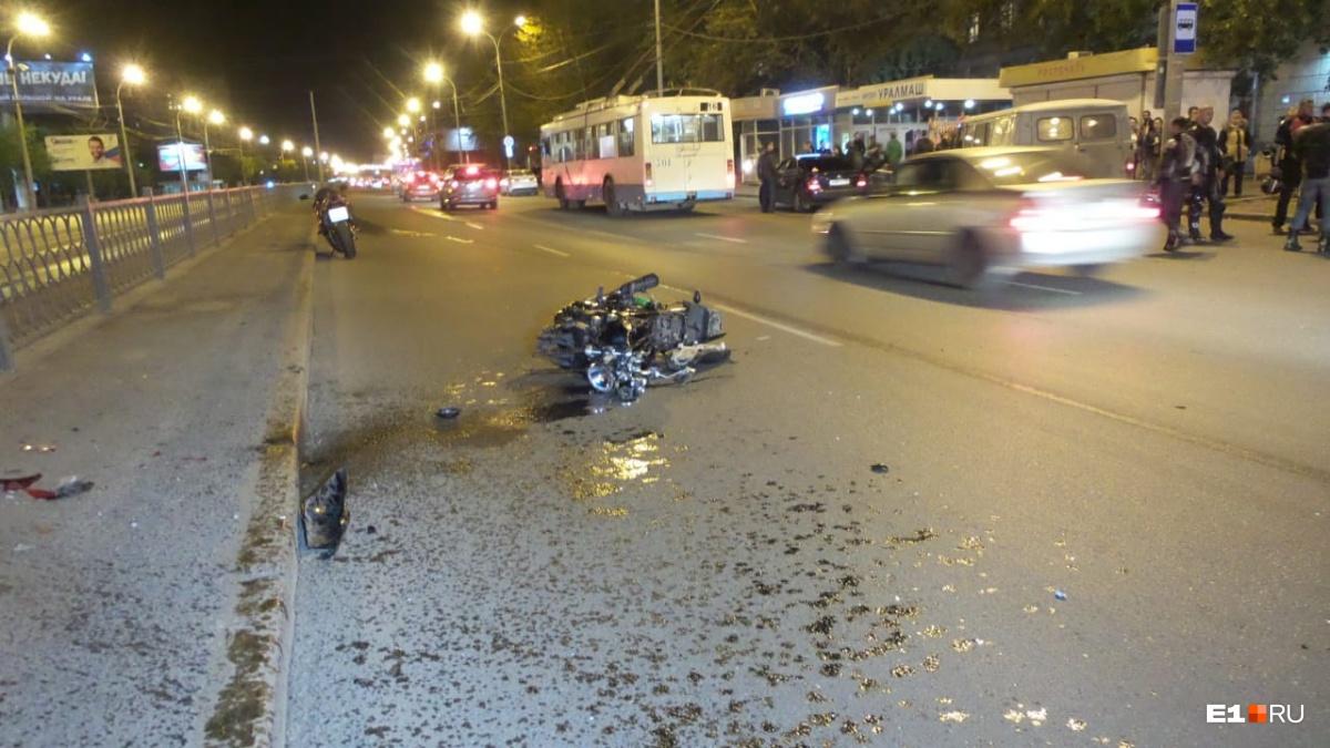 «Стоит реанимация, на асфальте лужа крови»: на Космонавтов мотоциклист сбил пешехода