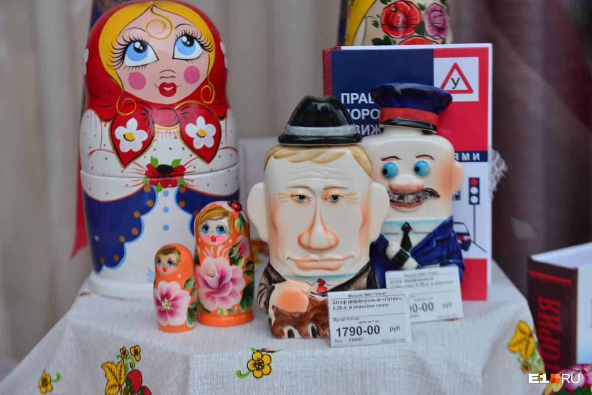 Кстати, штоф с изображением Путина стоит на 100 рублей дороже, чем остальные
