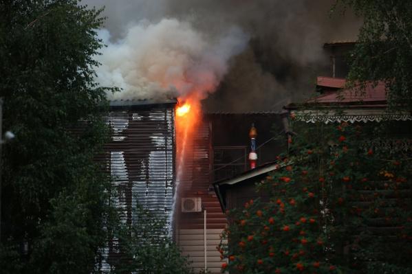 Спасатели всё ещё работают на месте пожара
