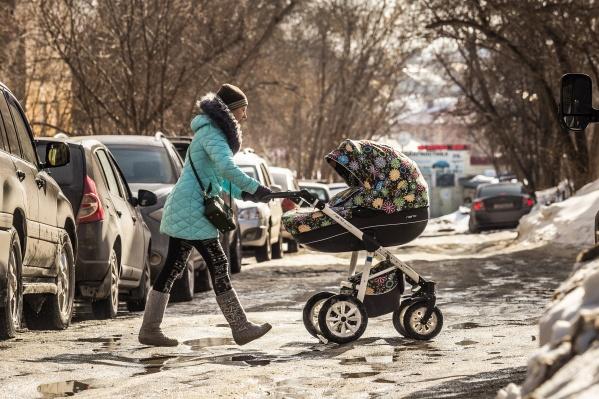 Больше всех из-за гололёда страдают молодые мамы и пенсионеры. На фото — окрестности улицы Богдана Хмельницкого