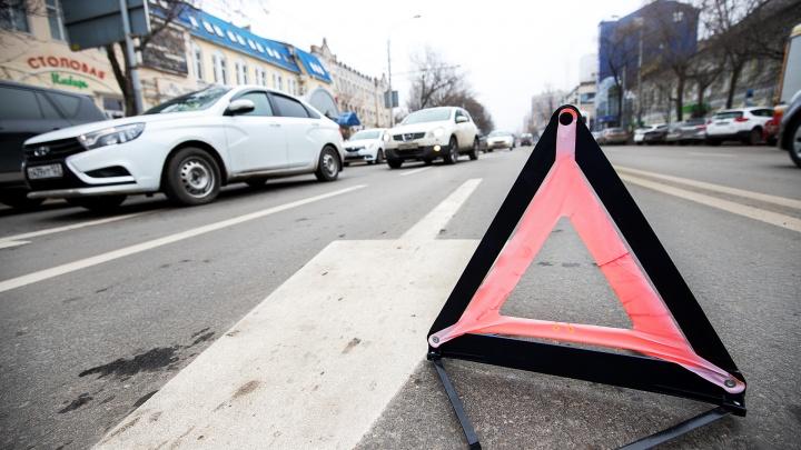 На трассе Ростов — Таганрог перевернулся автомобиль