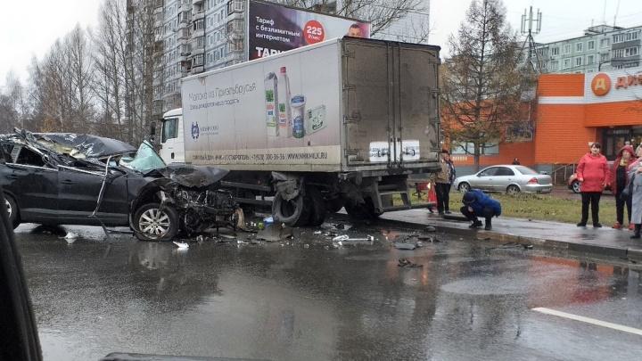 «Удар был такой, думали стена дома обрушилась»: на проспекте Фрунзе внедорожник влетел в грузовик