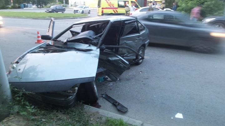 Водителю зажало ноги: на Вторчермете иномарка на скорости въехала в ВАЗ, выезжающий со двора