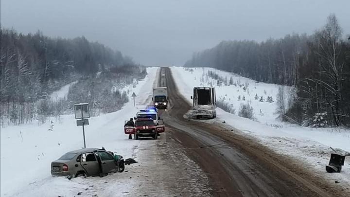 На трассе в Башкирии в столкновении грузовика и «Лады-Калины» погибли водитель и его 8-летняя дочь