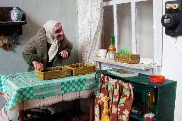 Одна из кукол изображает пенсионерку-дачницу, которая занимается рассадой