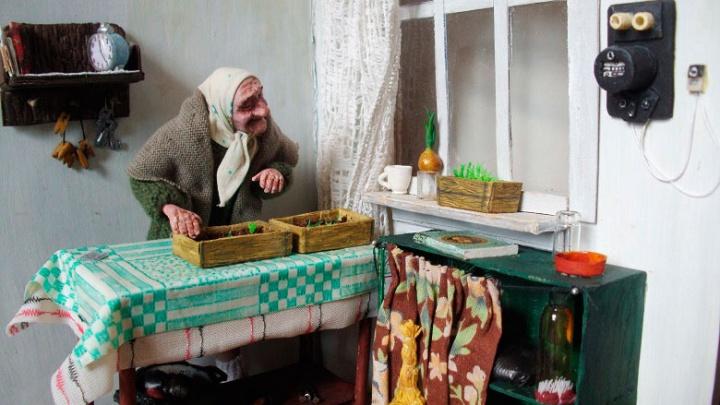«Многие не могут сдержать слёз»: сибирячка сделала 60 трогательных старушек из пластика