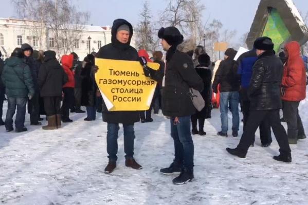 Десятки горожан собрались у памятника Тюменской области