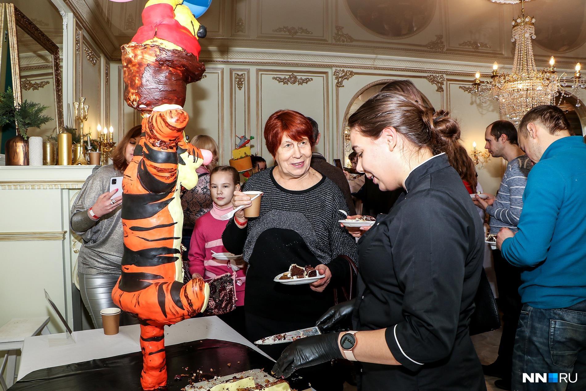 Мы вам не показываем, но на самом деле дамы едят пузико Тигры
