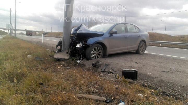 «Шкода» влетела в столб на трассе в сторону аэропорта