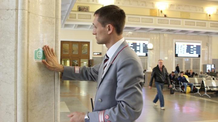 В здании вокзала Новосибирск-Главный появились наклейки «Фотографировать разрешается»