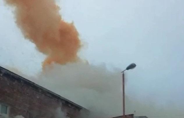 «Там натуральный пожар»: едкий оранжевый дым над свердловским поселком заинтересовал прокуратуру