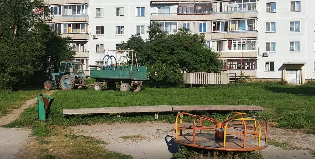 ВКраснообске депутат спилил качели иувез надачу