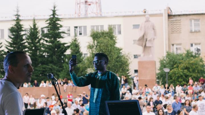 Сибирский регги, зажигательные танцы и салют: 425-летие Тары в 20 снимках NGS55.RU