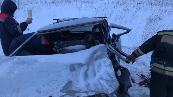 Cтрашная авария на тюменской трассе, езда по тротуару и ДТП на ровном месте: дорожные видео недели