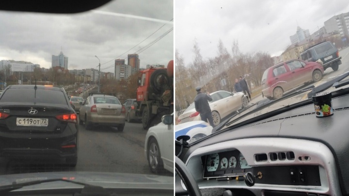 «Ужасная пробка, объезжайте». Автомобили встали на улице Профсоюзной из-за ДТП