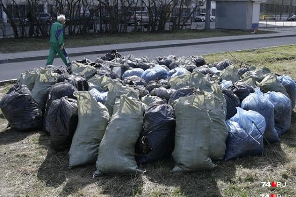 Мешки с мусором в некоторых районах города не убрали до сих пор