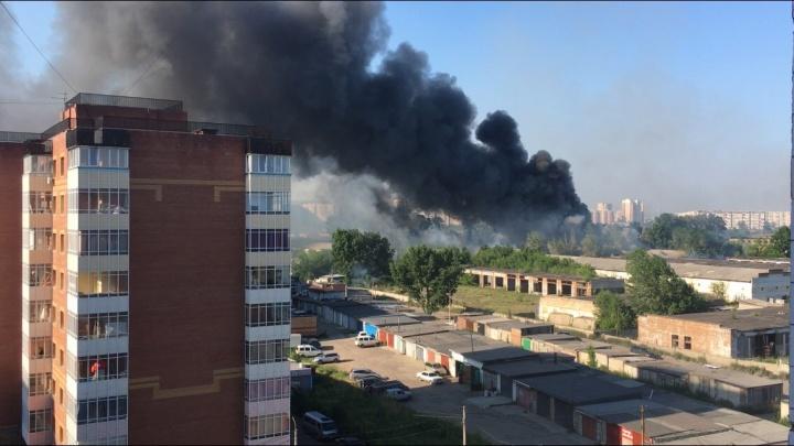 Со «Взлетки» черные клубы дыма стали спускаться на город и перепугали красноярцев