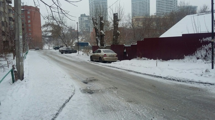 Сегодня утром на затопленной вчера дороге образовался лёд