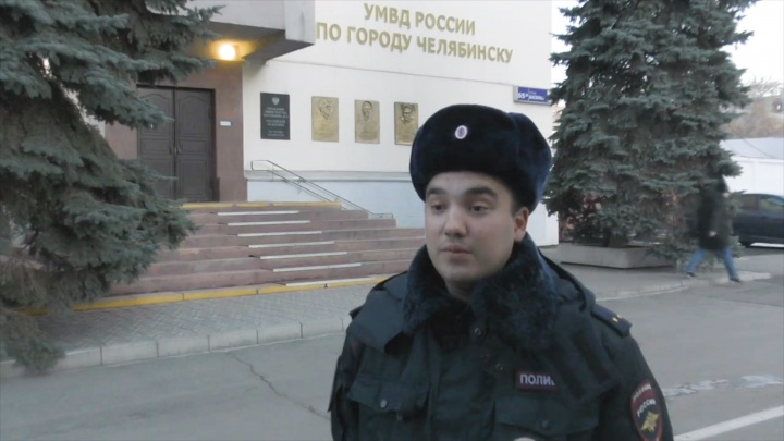 «Был без сознания»: в Челябинске полицейский спас из горящей квартиры мужчину