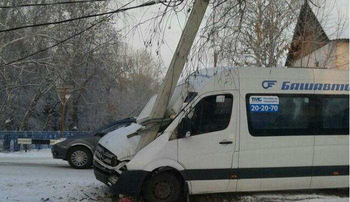 В Стерлитамаке пассажирский автобус въехал в столб