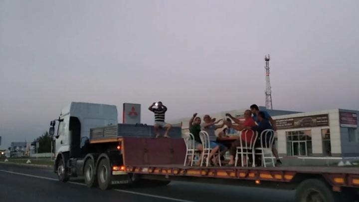 Бар на колесах: мужчины устроили зажигательную вечеринку в прицепе грузовика в Тольятти