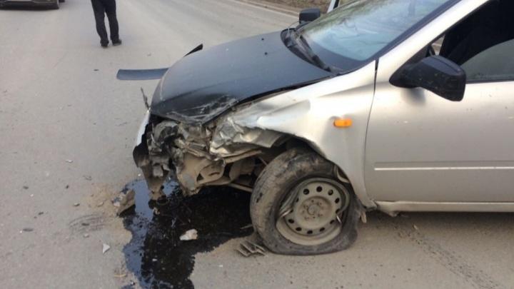 Водителя «Ниссана» увезли на скорой после тройного ДТП