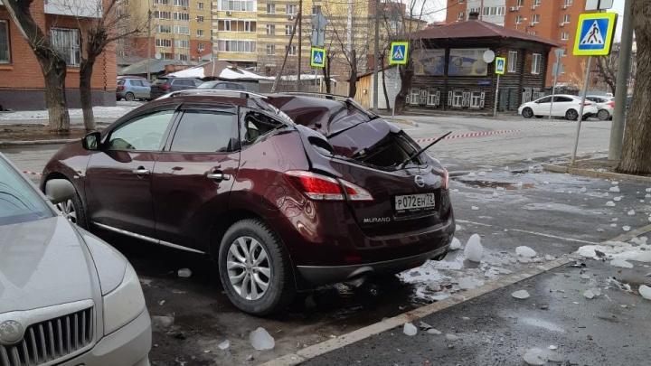 Прокуратура заинтересовалась инцидентом на Достоевского, где наледь с крыши побила две иномарки