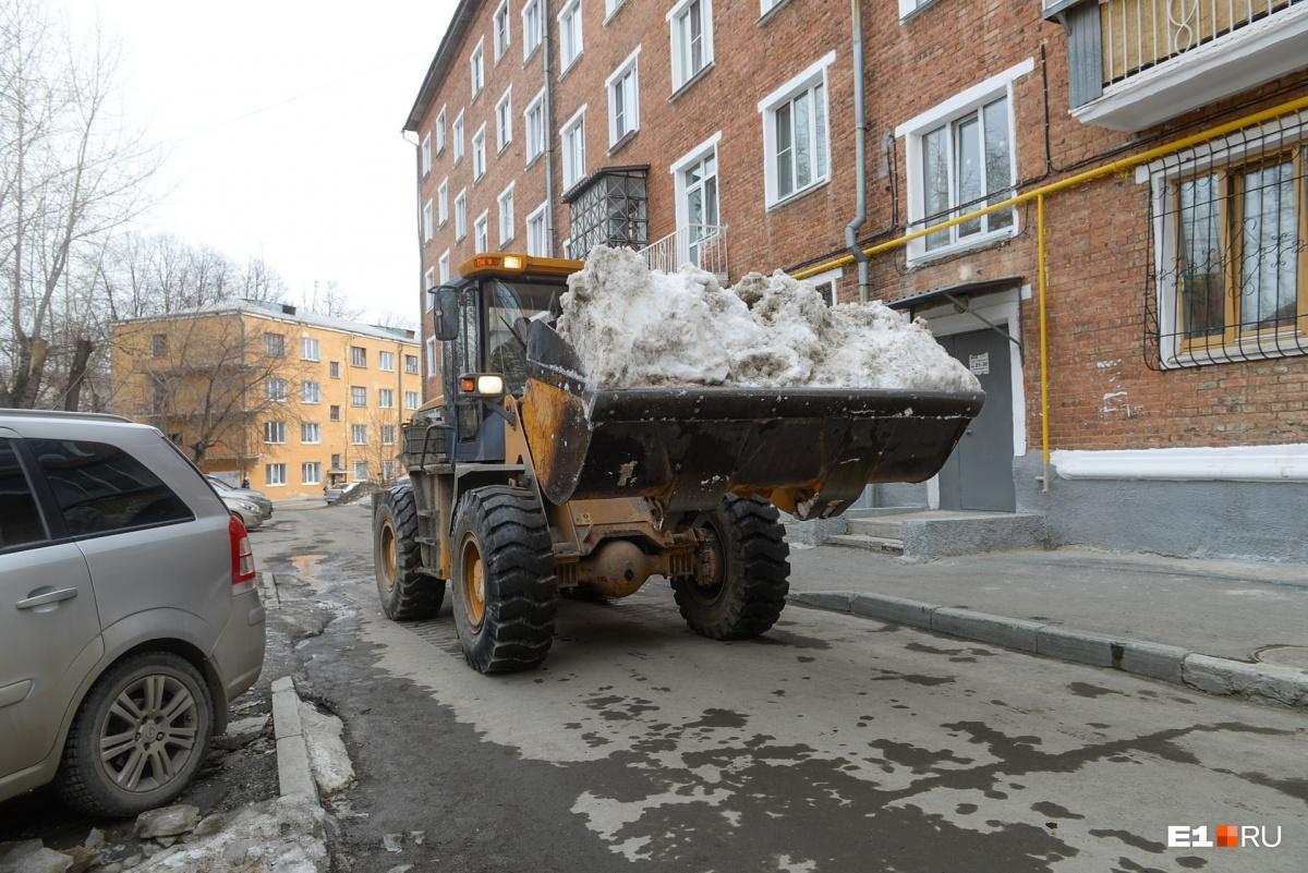 Один из дворов, где снег помогла убрать спецтехника из «Омеги»
