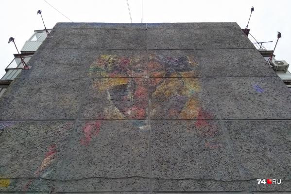 На стене пятиэтажки на Труда, 161 отмыли «девушку, встречающую гостей»<br>
