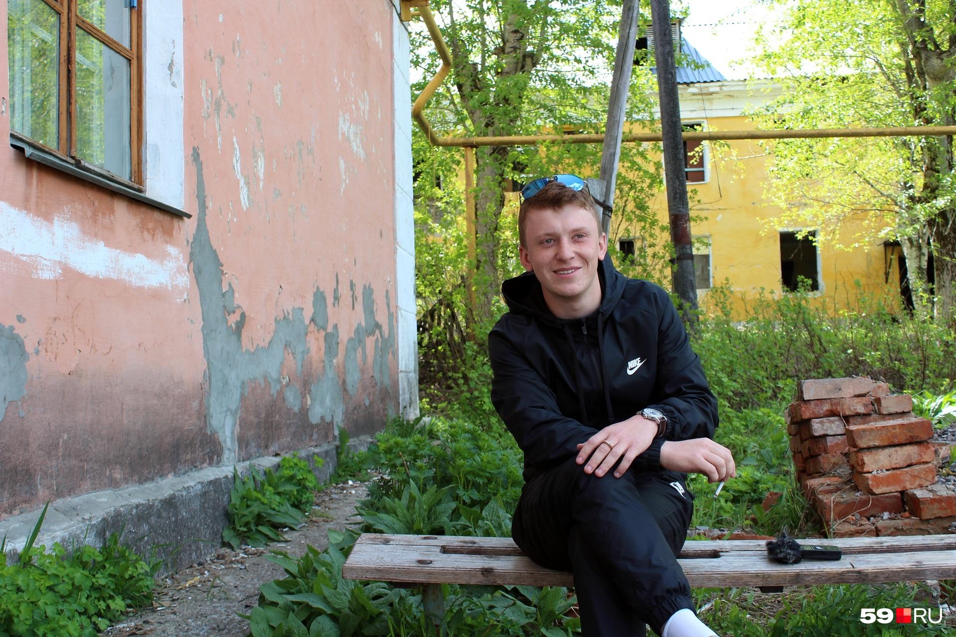 Кирилл хочет эмигрировать. Он поступил в английскую школу, получил визу США