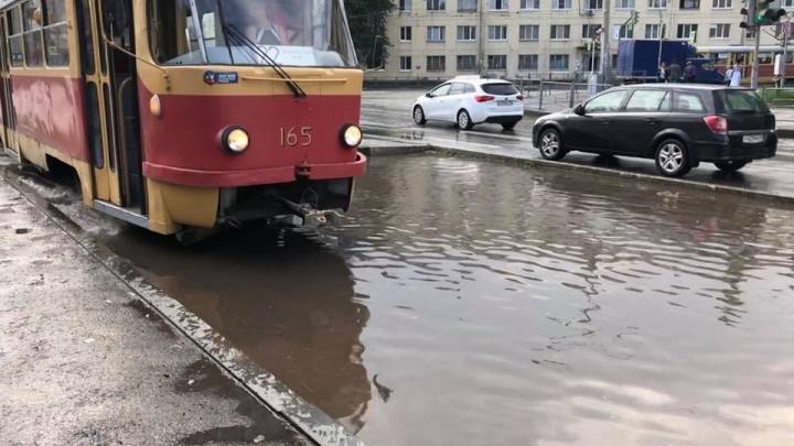 Трамваи плавать не умеют: после вечернего ливня Уралмаш превратился в море