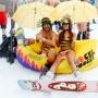 The Hatters, полосатые купальники и прыжки на лыжах в бассейн: в Сочи прошел высокогорный карнавал