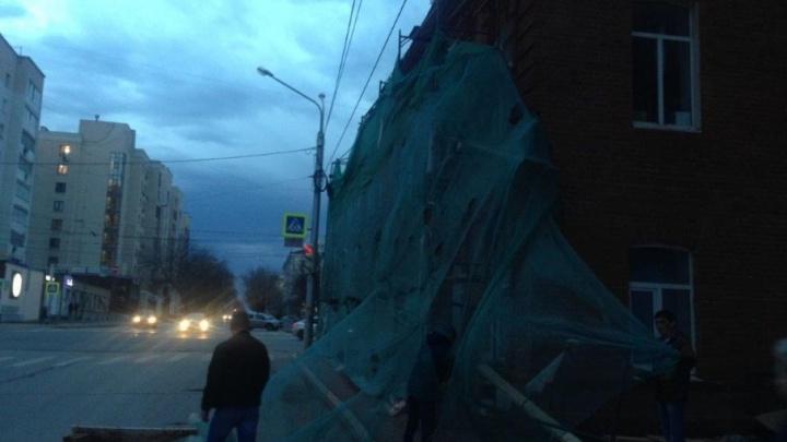 Разгул стихии: в Уфе ветер сорвал крышу детской филармонии и повалил деревья