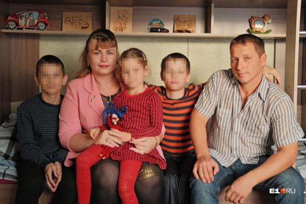 Несколько лет Надежда и Михаил воспитывали приемных детей вместе со своим родным сыном