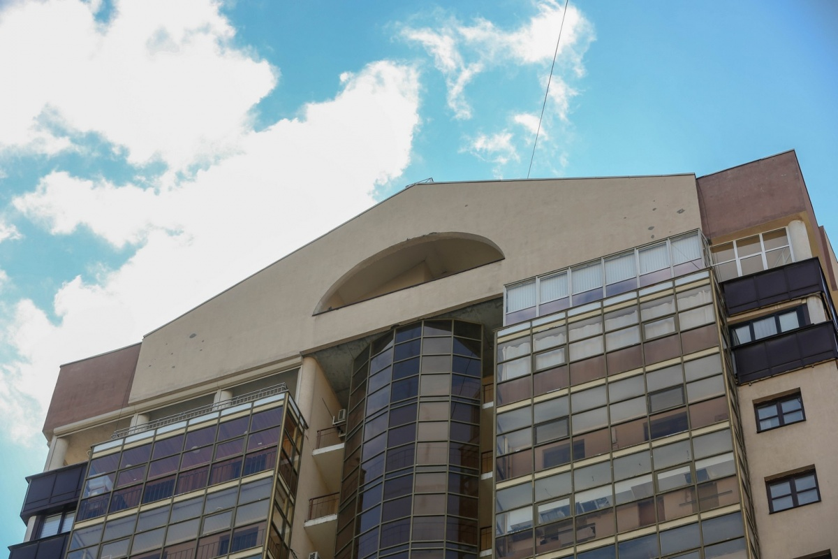 Лофт находится на последних этажах элитного дома на Белинского, 32