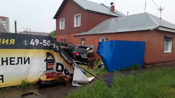 В Омске «Тойота» пробила забор частного дома и врезалась в сарай