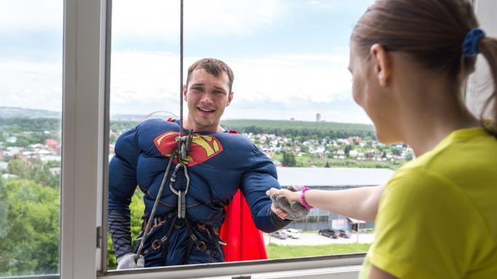 Видео: в окна областной больницы залезли четыре супергероя