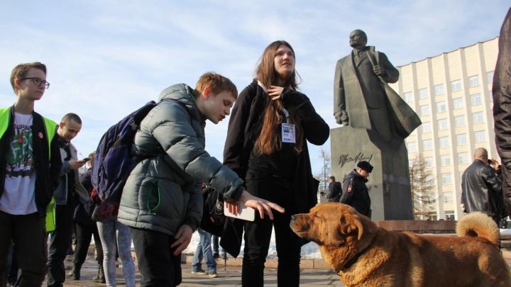 «Спрашивали о Навальном и биткойне»: журналист 29.RU, у которого прошли обыски, вернулся с допроса