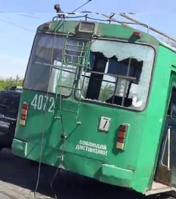 У троллейбуса с пассажирами лопнуло стекло на Октябрьском мосту