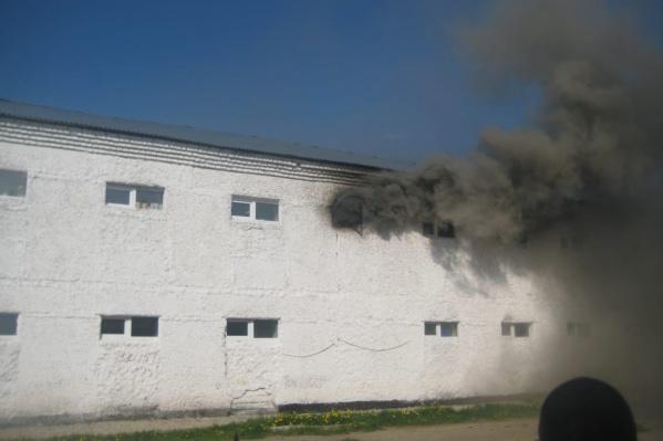 Из окон бытовой комнаты колонии валил дым