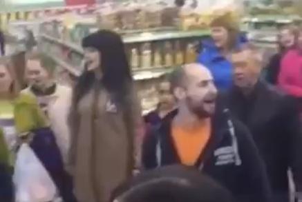 Мужчина исполнил песню «День Победы» в супермаркете и собрал толпу зрителей и подпевающих
