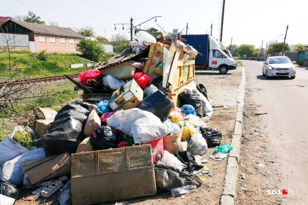 Немалые кучи мусора на ростовских улицах не редкость
