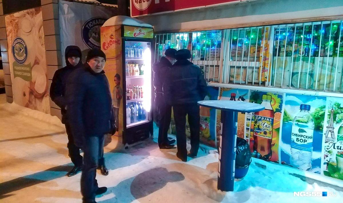 Полицейские проводят контрольную закупку. Фото Александра Зубова