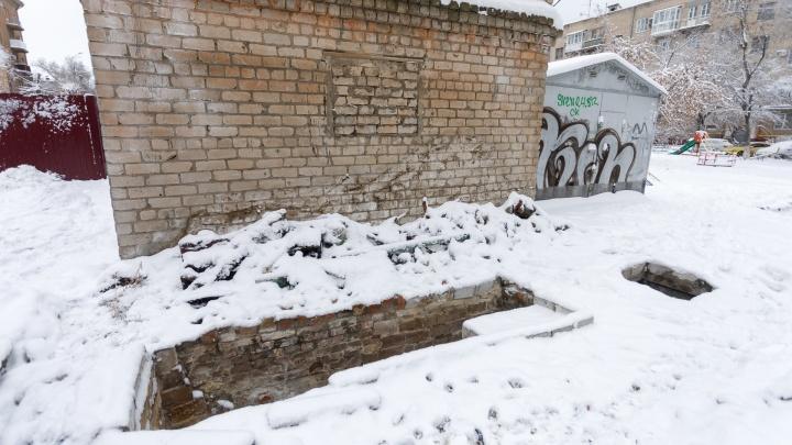 «Можно голову разбить»: в Волгограде на месте снесенных гаражей оставили неприкрытые ямы с хламом
