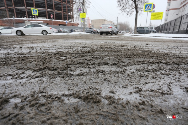 Несмотря на требование минимизировать использование реагентов, на дорогах всё равно остаётся грязная каша