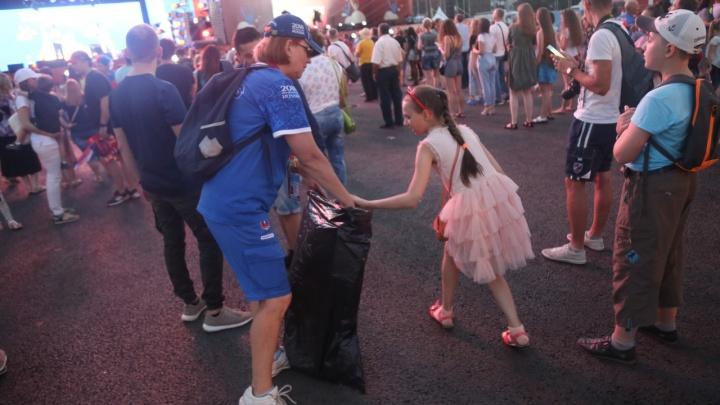 Зрители и волонтеры самарской фан-зоны убрали мусор на площади Куйбышева