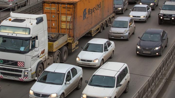 Сложное утро на дорогах: водители встали в медленную пробку на Большевистской